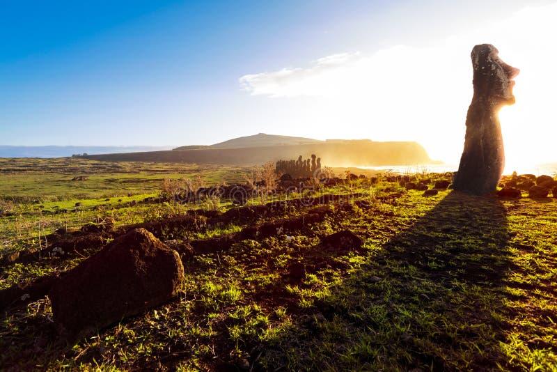 Moai debout au lever de soleil en île de Pâques image stock