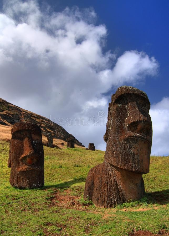 Moai en la isla de pascua imagenes de archivo