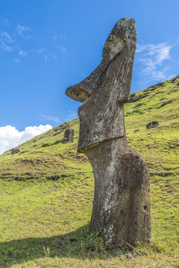 Moai en perfil en la colina del volcán de Rano Raraku imágenes de archivo libres de regalías