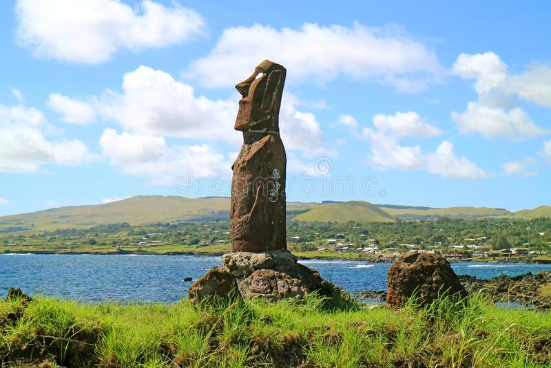 Moai enorme di Ahu Mata Ote Vaikava sulla costa del Pacifico a Hanga Roa, sito di Archaelogical sull'isola di pasqua, Cile fotografie stock libere da diritti