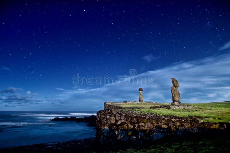 Moai för påskö statyer under stjärnorna royaltyfria foton