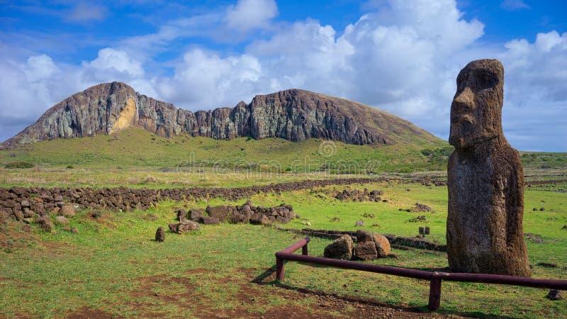Moai Ha'ere与火山Rano Raraku在背景中,复活节岛,智利的Ki Haho 免版税库存图片