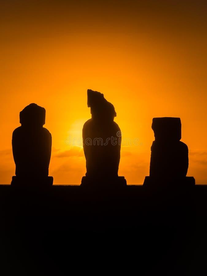 Moai i Ahuen Tahai under solnedgången, påskö, Chile, Sydamerika royaltyfria foton