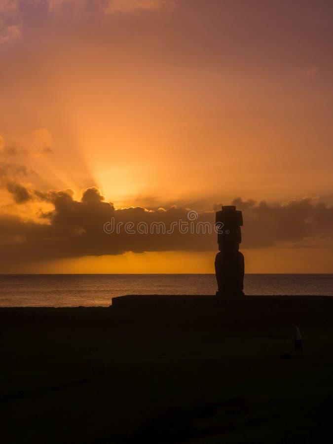 Moai i Ahuen Tahai under solnedgången i påskön, Chile, Sydamerika Hanga Roa stad arkivfoto