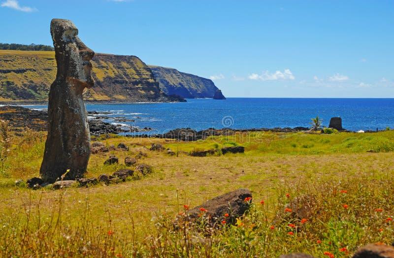 Moai kamienia statua na wybrzeżu, Wielkanocna wyspa zdjęcia royalty free