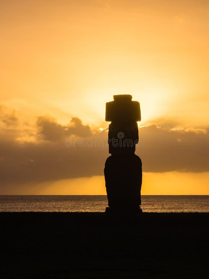 Moai kontur under solnedgången i den easter ön i tahai arkivfoto