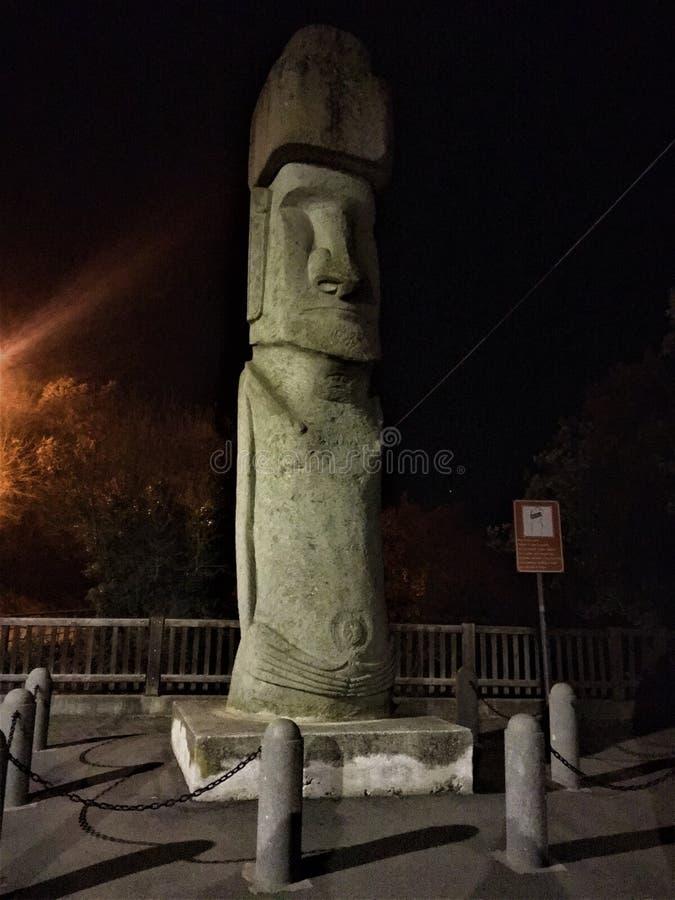 Moai, monolithisch menselijk cijfer in Vitorchiano-stad, Italië stock fotografie