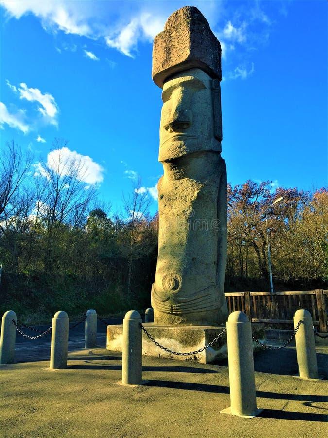 Moai monolitiskt mänskligt diagram i den Vitorchiano staden, Italien arkivbilder