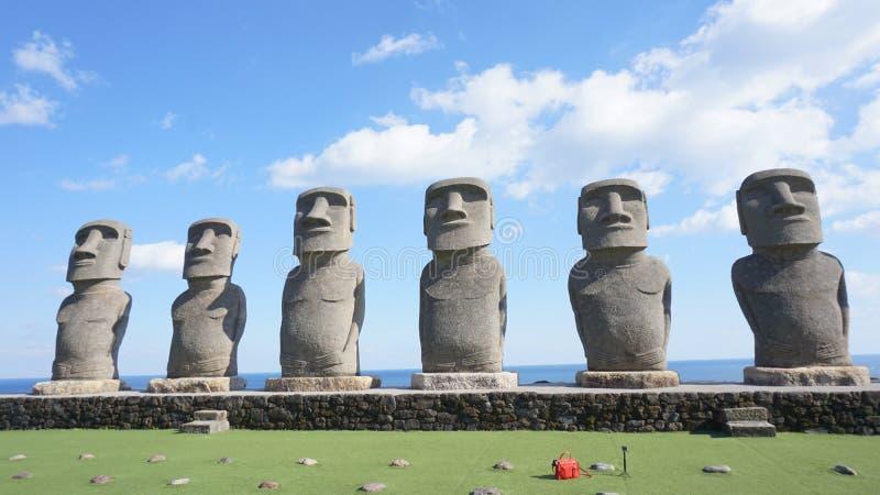 Moai nel Giappone con cielo blu fotografia stock libera da diritti