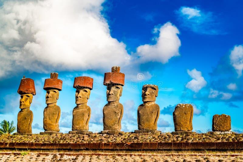 Moai przy Ahu Nua Nua w Anakena plaży na Wielkanocnej wyspie Nui lub Rapa zdjęcia royalty free