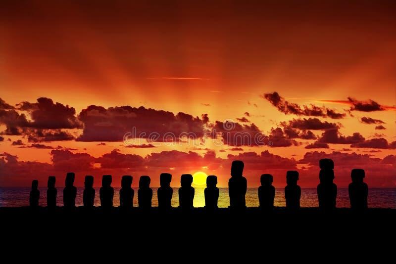 Moai quince en la puesta del sol en la isla de pascua fotografía de archivo
