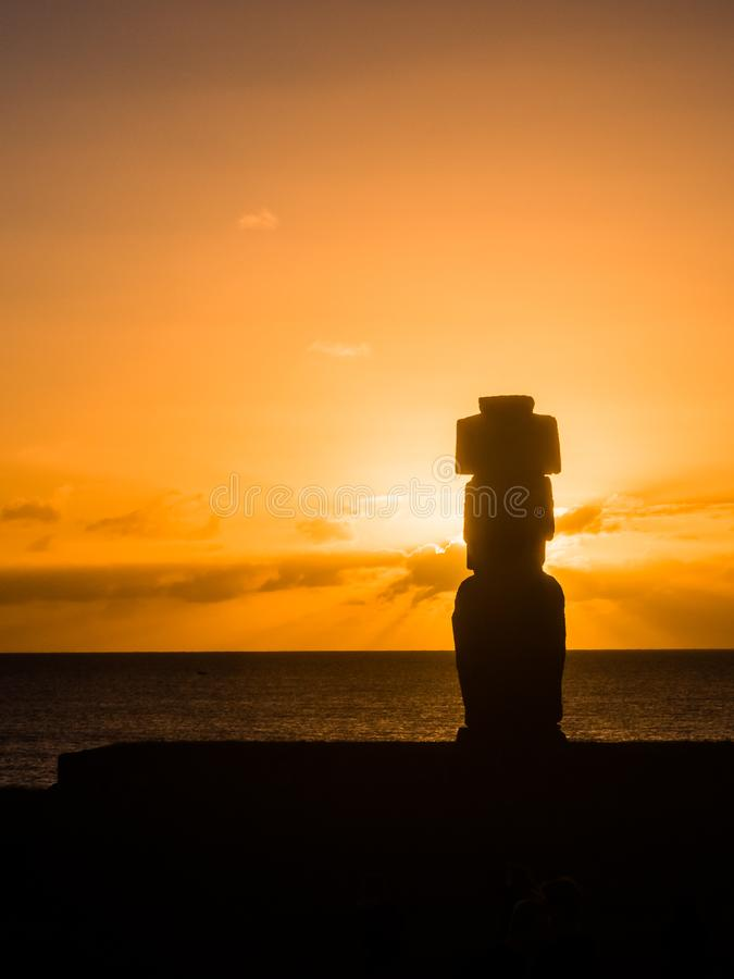 Moai shilouette i Ahuen Tahai under solnedgången, påskö, Chile, Sydamerika royaltyfri foto