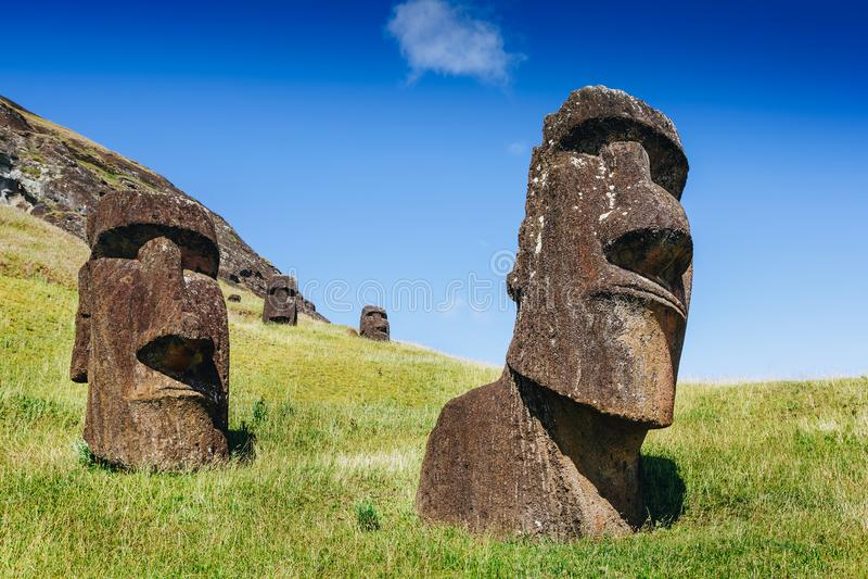 Moai-Statuen in Rano Raraku Volcano in der Osterinsel, Chile lizenzfreie stockfotografie