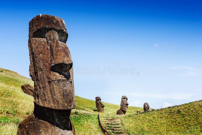 Moai-Statuen in Rano Raraku Volcano in der Osterinsel, Chile lizenzfreie stockbilder