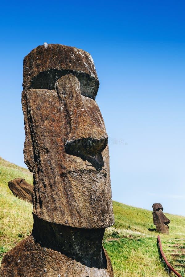 Moai-Statuen in Rano Raraku Volcano in der Osterinsel, Chile stockfotografie