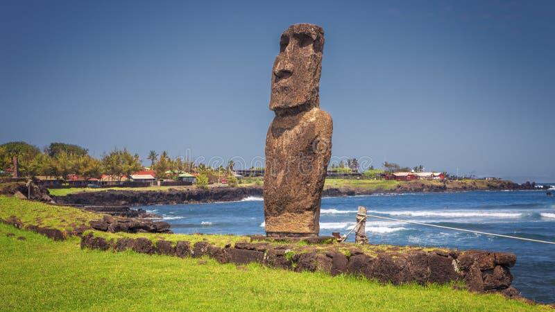 Moai staty på hamnen på Hanga Roa, påskö, Chile royaltyfria foton