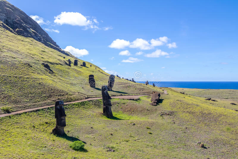 Moai statyer av Rano Raraku Volcano Quarry - påskö, Chile arkivfoto