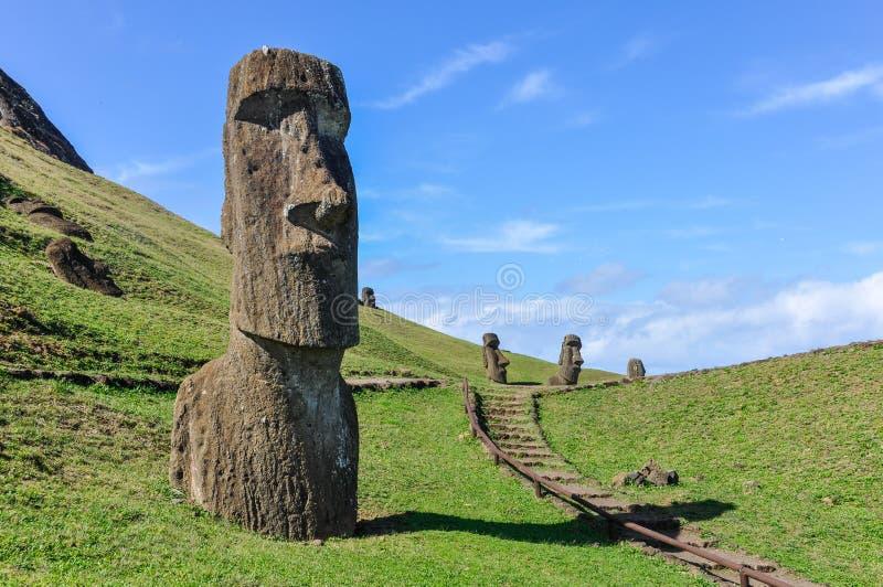 Moai statyer i Rano Raraku Volcano, påskö, Chile arkivbild