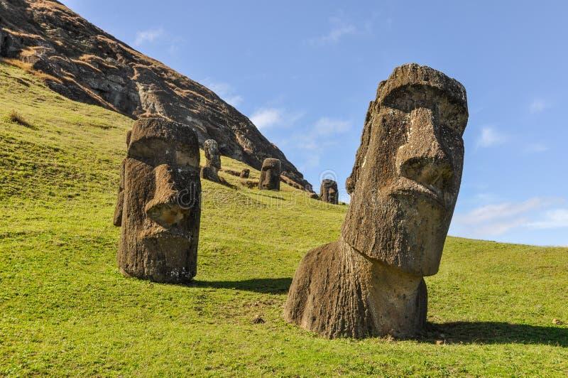 Moai statyer i Rano Raraku Volcano, påskö, Chile royaltyfri bild