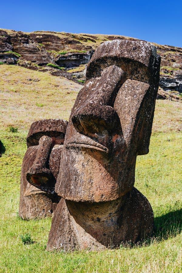 Moai statyer i Rano Raraku Volcano i påskön, Chile arkivbilder
