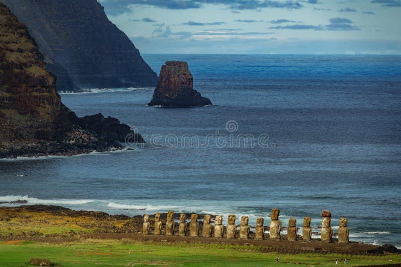 Moai statyer på påskön från avståndet tongariki f?r moai f?r ahueaster ? royaltyfri bild