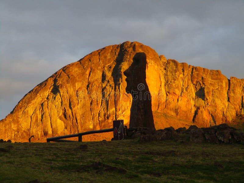 Moai Viajero & Rano Raraku,复活节岛 免版税库存照片