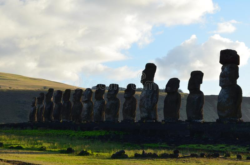 Moais в церемониальной платформе Ahu на пляже Tongariki, острове Rapa Nui пасхи стоковые изображения rf