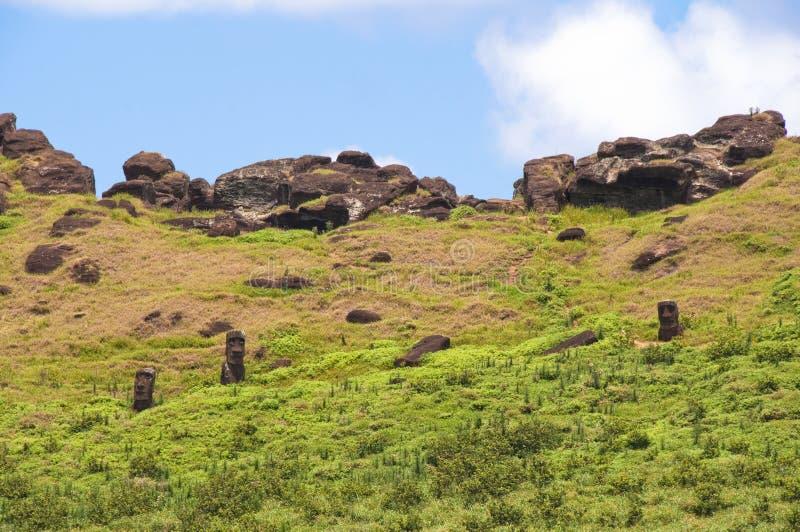 Moais no vulcão de Rano Raraku imagem de stock