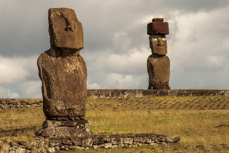 Moais på den Tahai platsen royaltyfria bilder