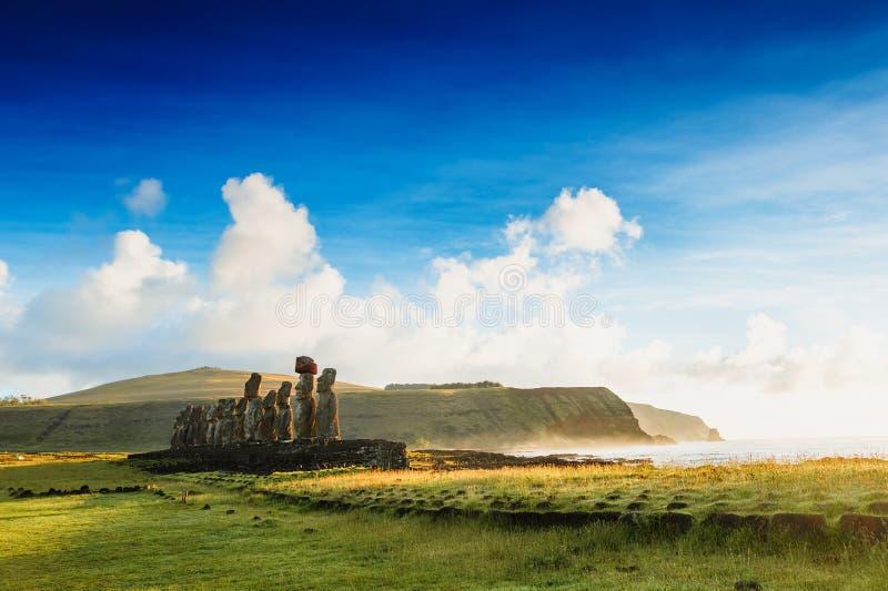 Moais statuy na Ahu Tongariki - wielki ahu na Wielkanocnej wyspie zdjęcie royalty free