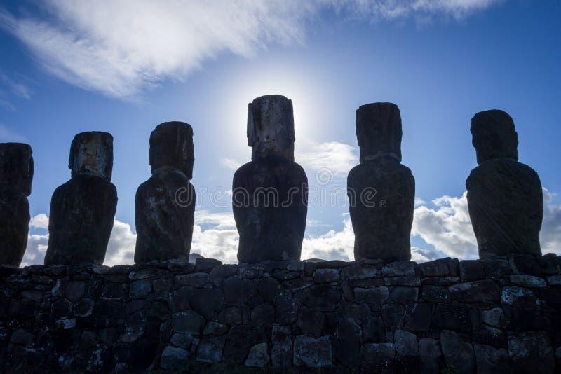 Moais statyer, ahu Tongariki, easter ö arkivbild