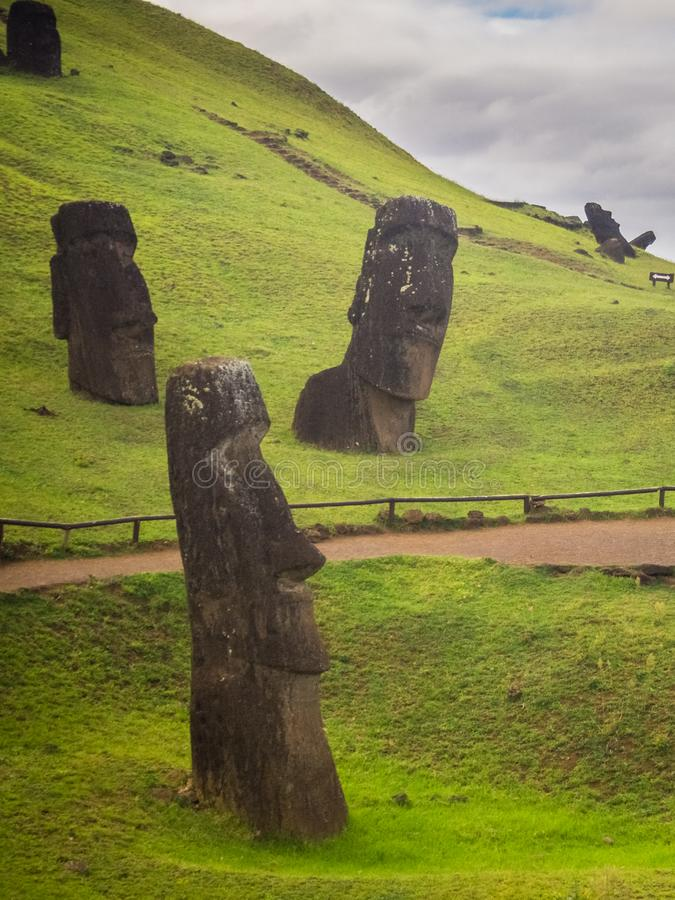 Moais statyer i den Rano Rarako vulkan, easter ö arkivbilder