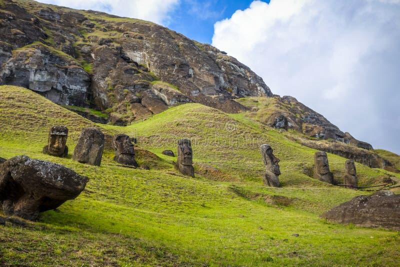 Moais statyer på den Rano Raraku vulkan, easter ö royaltyfri fotografi