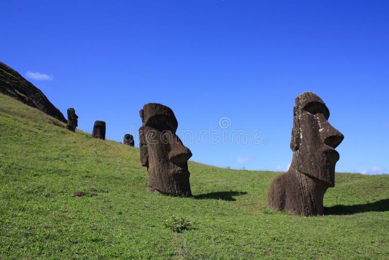 Moaistandbeelden in Rano Raraku, Pasen-Eiland, Chili royalty-vrije stock foto