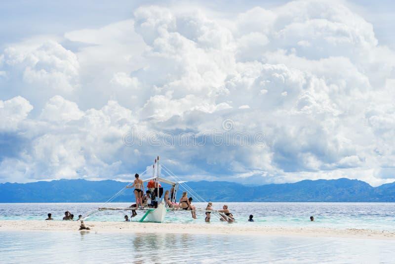 Moalboal cebu filippijnen - 24 juni 2016: Aziatische mensen met toeristen die pret en rust op de boot in tropische overzees krijg stock foto