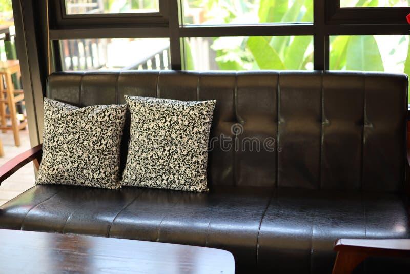 Mobília bonita, tabela e cadeiras, assentos do couro do estilo do vintage do vintage para jantar e descanso imagem de stock