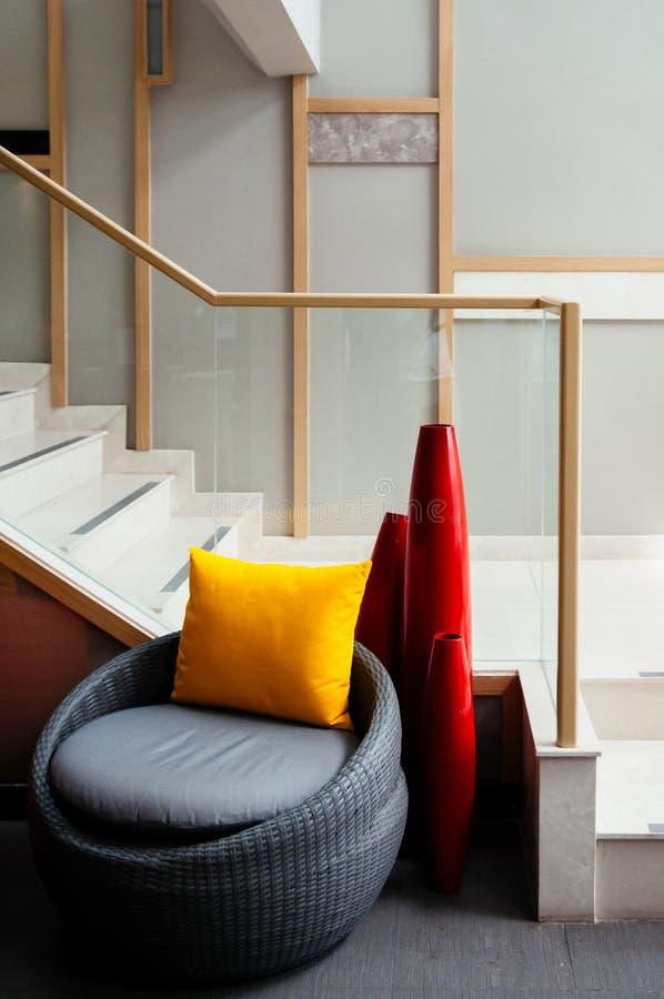 Mobília, cadeiras do rattan e mesa de jantar modernas fotos de stock