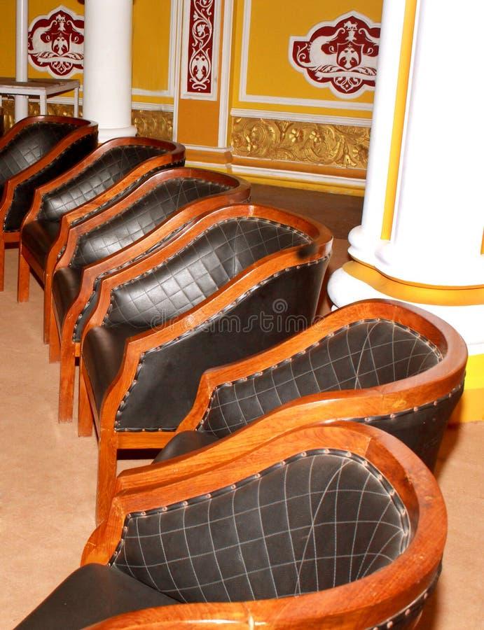 A mobília clássica da cadeira do estilo do vintage ajustou-se no palácio de bangalore fotos de stock