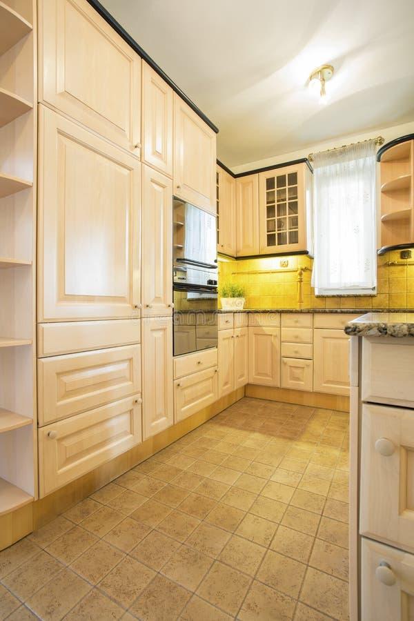 Mobília clássica na cozinha imagem de stock royalty free