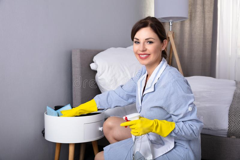 Mob?lia de limpeza da empregada dom?stica com espanador fotografia de stock