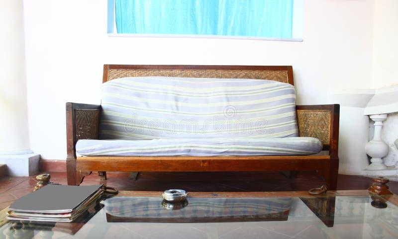 Mobília de Seat do estilo francês velho baixa nos interiores imagem de stock