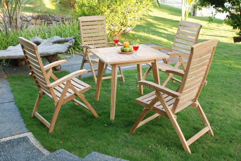 Mobília do jardim da teca, para fora jardim da teca da porta imagem de stock