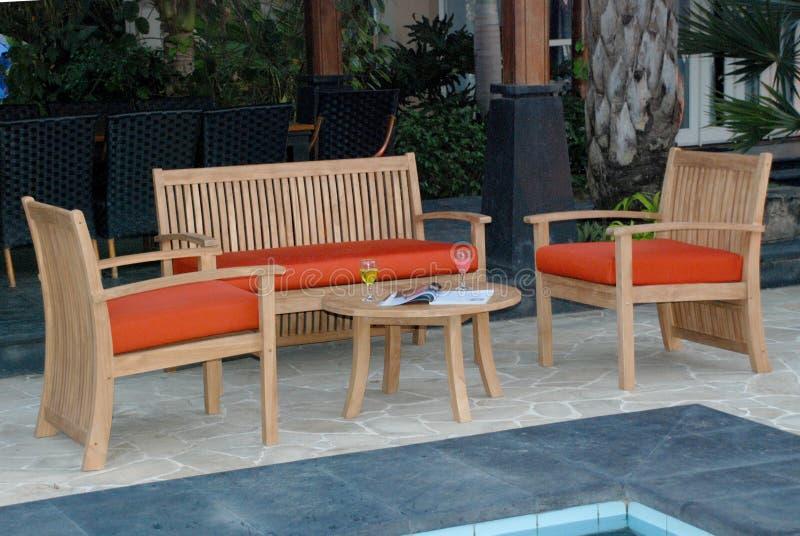 Mobília do jardim da teca, para fora jardim da teca da porta fotografia de stock royalty free