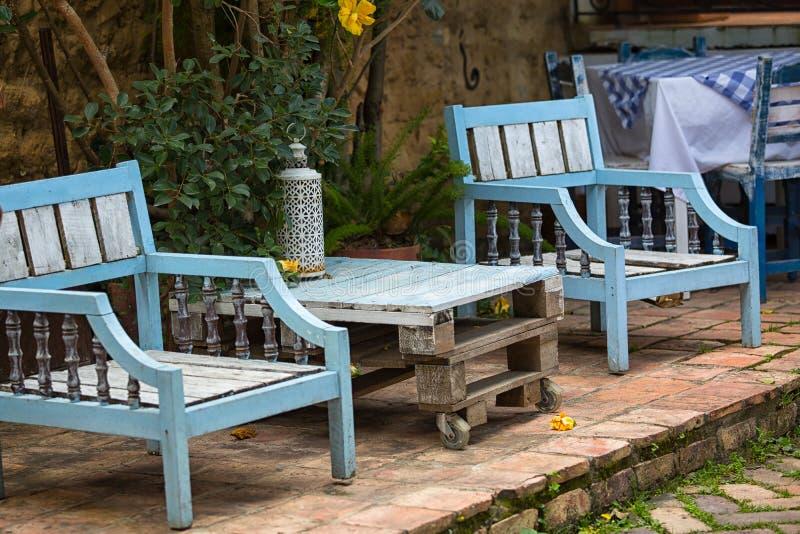Mobília do pátio feita usando a madeira recuperada em Colômbia foto de stock
