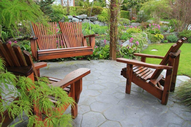 Mobília do pátio no jardim. fotografia de stock royalty free