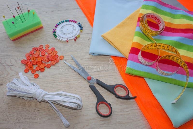 Mobília e equipamento para costurar na oficina da costura do desenhista ferramentas para costurar para o passatempo instrumentos  foto de stock royalty free