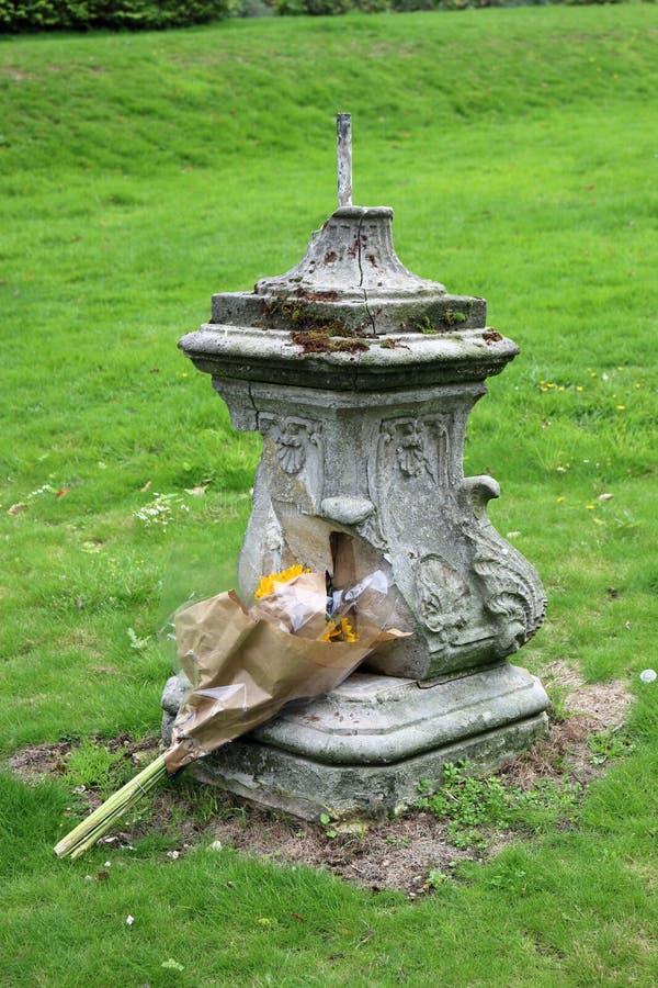 Mobília e flores danificadas do parque imagens de stock