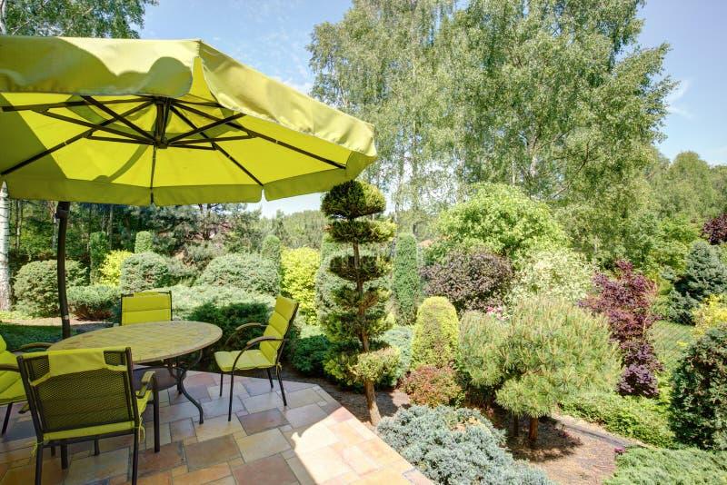 Mobília e guarda-chuva do jardim imagens de stock royalty free