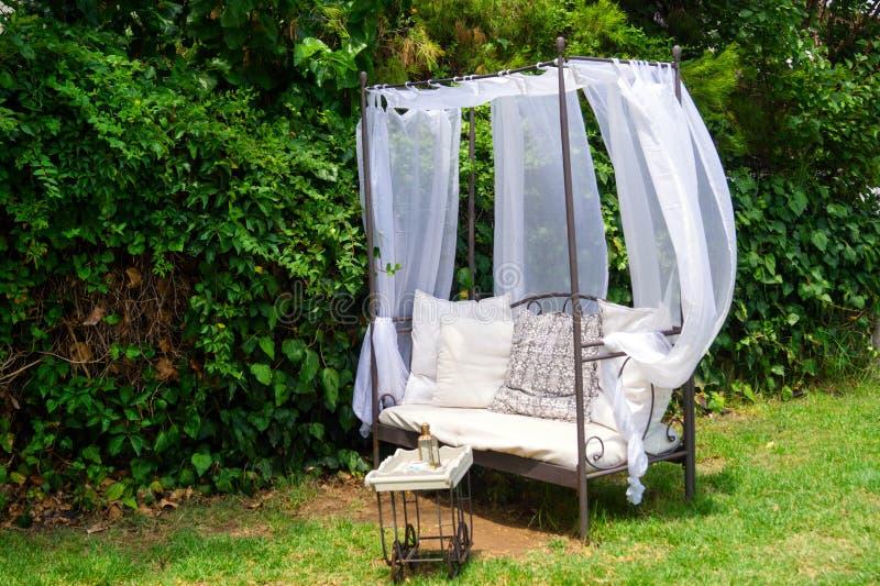 Mobília luxuosa do jardim na jarda verde imagem de stock