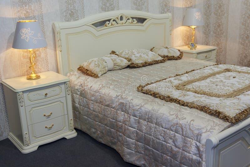 Mobília luxuosa do quarto em um estilo clássico imagem de stock royalty free
